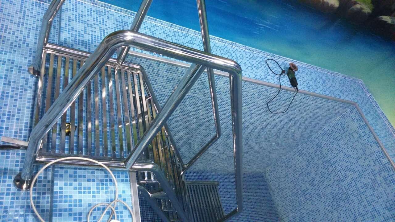 Нержавеющие лестницы в бассейн